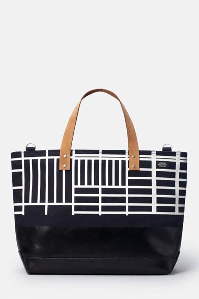<strong> JACK SPADE × Ian Hundley Collection</strong><br />「HUNDLEY ZIP COAL BAG」(高さ35×幅:大54・小42×マチ17×持ち手43cm)3万240円
