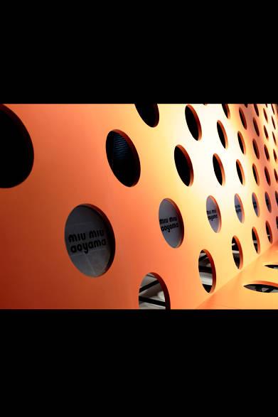 パーティ会場となったベルサール渋谷ガーデンには巨大なオレンジの壁が登場