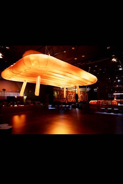 巨大な椅子のモニュメント<br /><br />© Nacása &amp; Partners