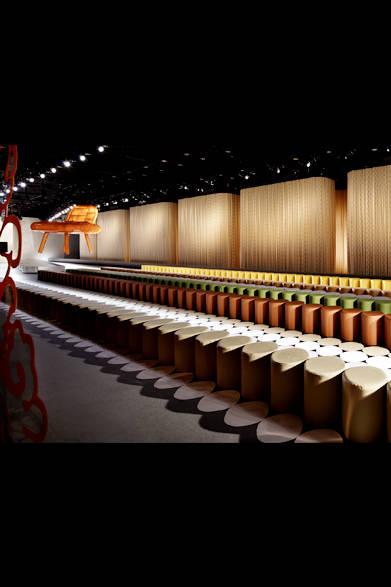 世界中から訪れたゲストのためのシートがずらりと並ぶ<br /><br />© Nacása &amp; Partners
