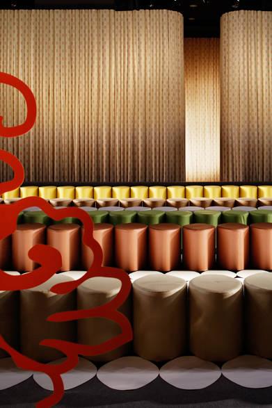 カラフルなショー会場のシート<br /><br />© Nacása &amp; Partners
