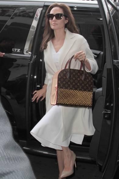 ロサンゼルスで女優のアンジェリー ナ・ジョリーをキャッチ。白いドレスにオフホワイトのジャケットを着こなし、シンプルなコーディネイトにスタッズ付のバッグでエッジィなスパイスを効かせた。彼女が愛用するこのバックは、世界的に著名なクリエーター6名が再解釈してデザインするというプロジェクト「Celebrating Monogram」において、シューズデザイナー、クリスチャン・ルブタンが手がけたものとなる。ルイ・ヴィトンのモノグラムに、クリスチャン・ルブタンを象徴するレッド、スタッズ、 リボンを取り入れ、ユニークな一品に仕上げた。