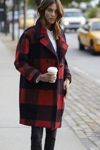 ニューヨークの街角に現れたアレクサ・チャン。トミー ヒルフィガーのブロックチェックのピーコートに、ホワイトシャツとスキニーパンツを合わせ、シックな初秋スタイルを見せてくれた。オーバーサイズのピーコートがきれいにコクーンのラインを作り、真冬にも使えるこれからの季節にぴったりな一品だ。