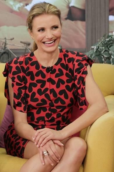 女優のキャメロン・ディアスは、サンローランのチューブドレスを着こなしてアメリカのテレビ番組「デスピエルタ・アメリカ」に登場した。ネックラインにシングルプリーツをあしらい、ギャザー入りのスリーブがほどよくボリュームをプラス。レッド×ブラックのハートプリントがロマンチックな存在感を放っている。  COURTESY OF SAINT LAURENT