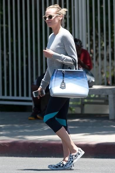 ロサンゼルスの街角を散歩中のダイアン・クルーガー。シンプルなクルーネックのニットに、スポーティーなスパッツを合わせた休日スタイル。存在感のあるサングラス、柄物のスニーカーとグラフィカルなデザインを施したバッグで遊び心を表現。