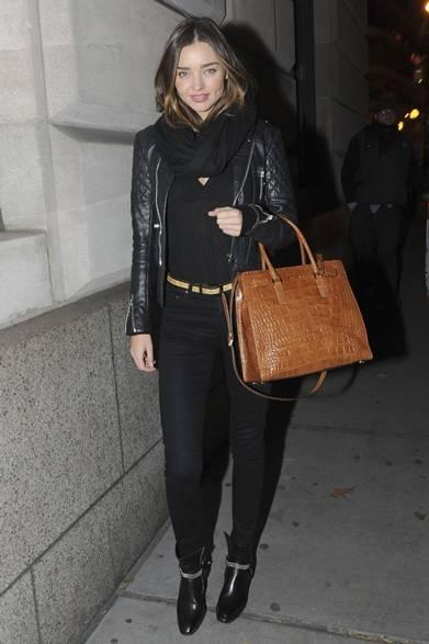ニューヨークの街角でモデルのミランダ・カーをキャッチ。ブラックスキニーとDeep-VのTシャツに、ライダーズジャケットとレザーブーツを取り入れ、ハードなロックスタイルをみせた。マイケルコースのクロコ型押しのレザーバッグ「ディロン」と、スネークレザーのベルトでリュクス感をプラス。