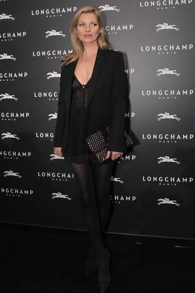ロンシャンのオープニングパーティにケイト・モスが登場。彼女の定番コーディネイトとも言えるセクシーなオールブラックスタイルはいつでも魅力的。クリスタルがほどこされたクラッチバッグはパーティにふさわしい。ミニマルなスタイリングに輝きをプラス。