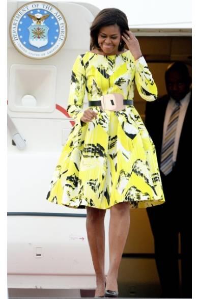 ファーストレディとして初来日し、羽田空港に到着する米大統領夫人ミシェル・オバマ。鮮やかなプリントをほどこされたケンゾーのサテンドレスを着こなし、ヴィヴィッドイエローと美しいシルエットで圧倒的な存在感を放った。ウエストにはメタリックプレートをモチーフにしたベルトを加え、モードなアクセントに。足元はジミー・チュウのポインテッドトウ・パンプスをチョイスした。</br></br> Getty Images