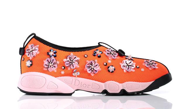 """昨年デビューして以来メゾンの人気アイテムとなる「ディオール フュージョン」。クチュールとラフ・シモンズが提案する都会的なエスプリを融和し、オレンジのメッシュ素材にほどこした繊密なフラワーモチーフの刺繍が華やか。春気分を盛り上げてくれる美しき一足でドレスアップしよう。</br></br>  スニーカー14万5800円  クリスチャン・ディオール <span class=""""text-navidial""""></span>0570-200-088"""