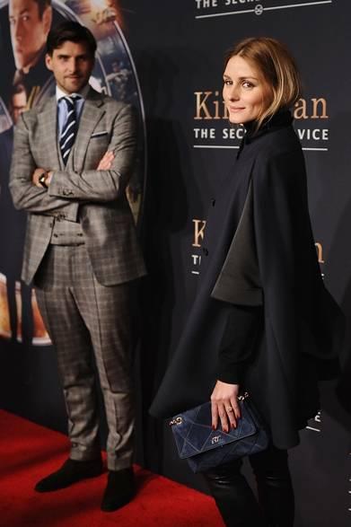 ニューヨークでおこなわれた映画『Kingsman: The Secret Service』のプレミアに、オリヴィア・パレルモと旦那のヨハネス・ヒューブルが一緒に登場した。ブラックのケープにレザーのスキニーを合わせて、エッジの効いたモードスタイルに。コーディネイトしたのはロジェ ヴィヴィエの「プリズミック ミニ」バッグ。グラフィックなデザインが特徴とする定番コレクション「プリズミック」は、ロジェ・ヴィヴィエ氏が80年代に考案したデザインよりインスパイアされたという。