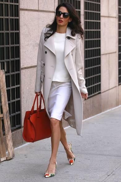 ニューヨークの街でキャッチしたジョージ・クルーニーの妻、アマル・クルーニー。ホワイトのセットアップにオフホワイトのウールコートを合わせて、上品なお出かけスタイル。フェミニンさを溢れるソフトな色合いに、レッドのトッズ・ケープ・バッグと花柄のパンプスで鮮やかな春を先取り。敏腕弁護士として活躍する彼女の抜群なファッションセンスに脱帽。