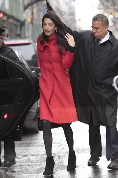 ニューヨークの真冬にキャッチしたアマル・クルーニー。彼女が着こなしたピンクのドレスコートはポール・カーのもの。足元にブラックのショートブーツを取り入れ、シンプルで清楚なコーディネイトに完成。