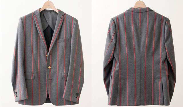 """完成したコラボレーションジャケット。広めに間隔をとった赤いストライプとスマートなシルエットが相まって、個性的でいてシックに使える一着となった。このジャケットは、""""遊びゴコロある着崩しを楽しむファッショングルマン(服道楽)の店"""" をテーマに、南青山で4月25日(土)にオープンするショップ「L'ECHOPPE」にて、受注販売される"""
