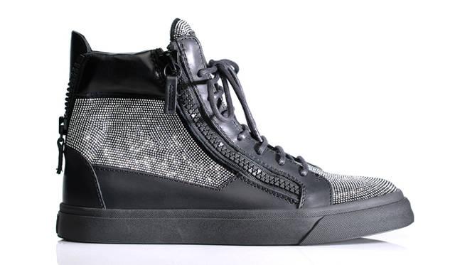 黒いカーフとスエードをミックスし、繊密なマイクロスタッズとサイド&バッグジッパーで飾られた、ジュゼッペ・ザノッティならではのゴージャスなデザイン。デイリーからイブニングまで、さまざまなルックを華やかに演出してくれる。</br><br>スニーカー16万6320円 ジョザッペ・ザノッティ・デザイン/ブルーベル・ジャパン(ファッション事業本部) Tel. 03-5413-1050