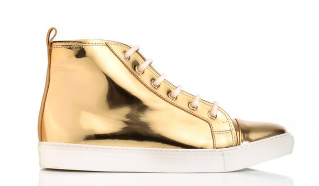 """艶やかなスペッキオレザーを使用したラルフ ローレンの「Silvana」。上品に配色したゴールドのハイトップとオフホワイトのソールがモダンな雰囲気に。ラウンドトウのシルエットにパッド入りのレザーインソールをくわえ、快適な履き心地を可能に。抜群な存在感のもつこの一足はエッジの効いたパーティスタイルにぴったり。</br><br>スニーカー8万5320円 ラルフ ローレン<span class=""""text-freedialicon""""></span>0120-3274-20"""