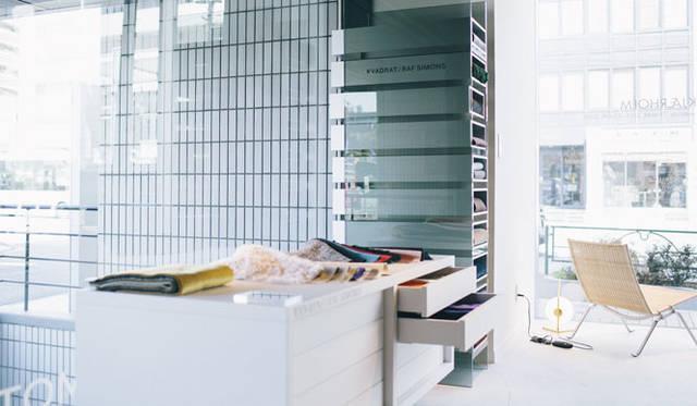 <strong>LIVING MOTIF|リビング・モティーフ</strong><br />1階にはファッション界で活躍するラフ・シモンズがKVADRAT社のためにデザインした革新的な色使いと素材感が魅力のコレクション「Kvadrat/Raf Simons」も登場