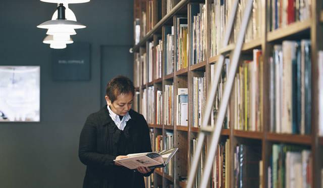 <strong>LIVING MOTIF|リビング・モティーフ</strong><br />茂木さんが「2階に移ってライブラリー的雰囲気になった」という2階の洋書・デザイン書籍を扱うインショップ「BIBLIOPHILE(ビブリオファイル)」
