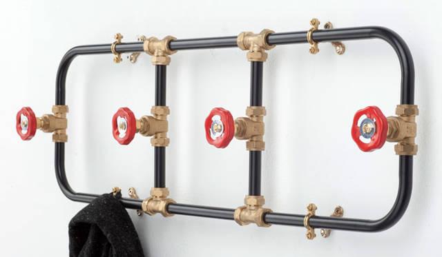 <strong>LIVING MOTIF|リビング・モティーフ</strong><br />イギリスのプロダクトデザイナー、ニック・フレイザーによる、水道管をモチーフにしたユニークなコートハンガー。「nick fraser」3万8880円