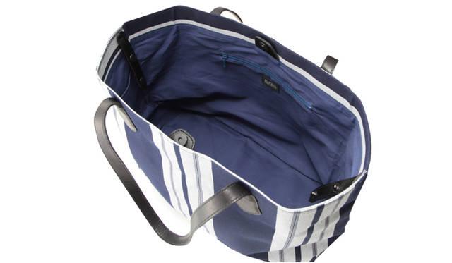 バッグには、貴重品などを入れることができる内ポケットがついている