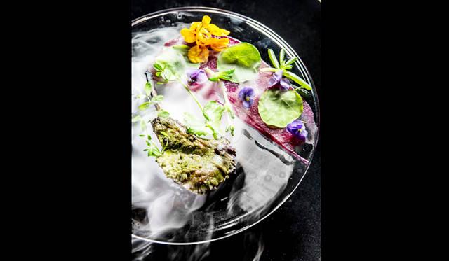最先端の調理法でインド料理を刷新することを見据え、2010年に自らの名を冠したレストランをバンコクにオープンした