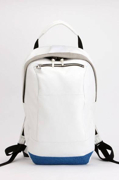 <strong>ithelicy|イザリシー</strong><br />立体フォルムが特徴的なデイパック。部分にウルトラスエード、Wラッセルを使用。太めのハンドルは肩からかけられるよう長さの調整が可能。バッグ内部に装備されたファスナーポケットにiPodなどのプレイヤーを入れ、上部のナイロンの下からイヤホンのコードを出すことができる。「ELLIP」(W190 × H500 × D200mm)6万4800円