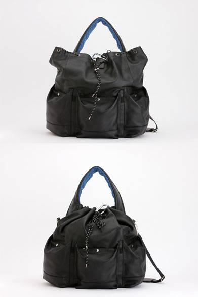 <strong>ithelicy|イザリシー</strong><br />ミリタリーテイストをスポーティにこなした巾着型のワンハンドルのビッグトートバッグ。太めのハンドル、マチのあるポケットも特徴。取り外し可能なショルダー付き。「MARVEL」(W370 × H480 × D140mm)7万5600円