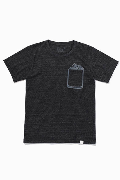 Black Mountaineering by White Mountaineering<br />MOUNTAIN POCKET TEE<br />価格|9720円