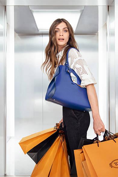モデルのエリザ・セドナウィが出演する『The Virtuous Elevator』