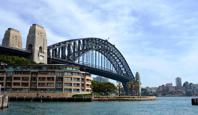<br> オペラハウスと並ぶシドニーの名所ハーバーブリッジ。手前はパークハイアットホテル