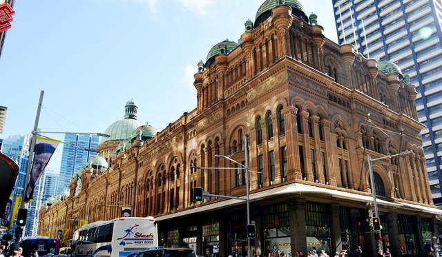 <br> ショッピングギーク必見、CBDにあるQVB(クイーンビクトリアビルディング)は、19世紀の建物を使用した一大ショッピングセンター