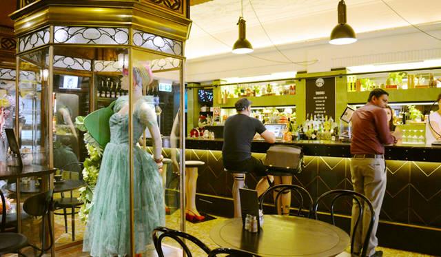 """<br> <a href=""""/article/952382/2#qt""""  class=""""link_underline"""">QT Sydney</a>の地上階にあるカフェは周辺のビジネスピープルの人気ランチスポット"""