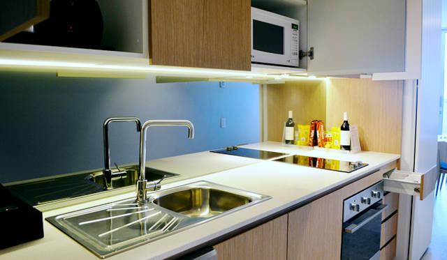 "<br> 快適キッチンを備えた<a href=""/article/952382/2#adina""  class=""link_underline"">Adina Apartment Hotel, Bondi Beach</a>。オーブン、電子レンジ、大型冷蔵庫を完備"