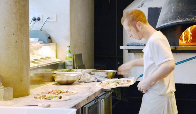 """<br> <a href=""""/article/952382/3#orazio""""  class=""""link_underline"""">Da Orazio Pizza + Porchetta</a>。窯とゲスト席が一体になっているので職人が焼き上げる様子を見るのも楽しい"""