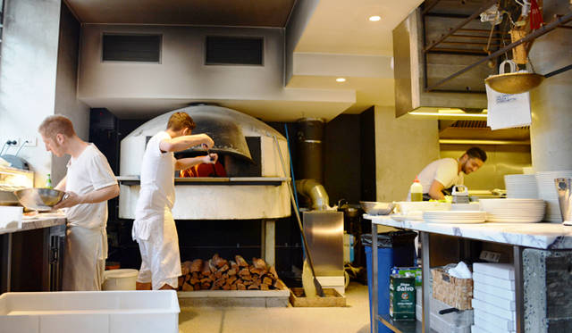 """<br> <a href=""""/article/952382/3#orazio""""  class=""""link_underline"""">Da Orazio Pizza + Porchetta</a>の特等席は窯の目の前のテーブル"""