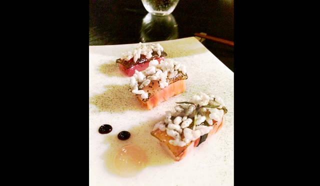 """<br> <a href=""""/article/952382/3#sepia""""  class=""""link_underline"""">Sepia</a>。「Sushi nigiri」と称された料理では、にぎりが出るのかと思えばマグロ、スモークしたオーシャントラウト、天然の大正エビの切り身の上に炒った白米が乗るという寿司をまったく逆にとらえたものが登場"""