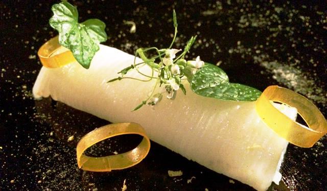 "<br> <a href=""/article/952382/3#sepia""  class=""link_underline"">Sepia</a>。「Butter poached Port Lincoln squid, barley miso cured egg york, yuzu, wasabi flower(バターでポーチしたポートリンカーン産のイカ。卵黄味噌、ゆず、ワサビの花)」の一品。これはイカそうめんをセピア流にアレンジしたものと理解できる"