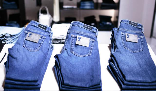 """ウィメンズの """"DAILY"""" のスペースでは、モデルでタレントのアレクサ・チャンが手がけたジーンズ「Alexa Chung For AG」も展開している。"""