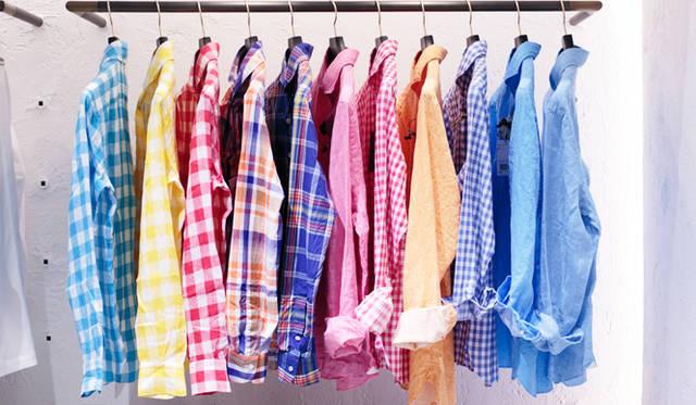 """写真はメンズの """"HIGH CASUAL"""" のコーナー。春夏シーズンらしい色鮮やかなシャツは、イタリアのファクトリーブランド「カタリザーノ」や「フィナモレ」を取り揃える。"""