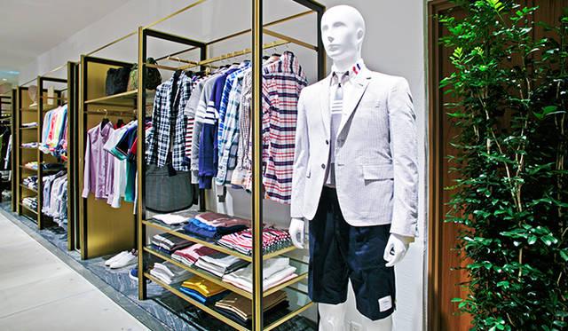 トルソーが着用するアイテムは「トム ブラウン ニューヨーク」。シアサッカーのジャケットは、エストネーション大阪店限定。