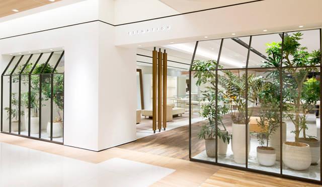 「エストネーション大阪店」のメインエントランス。白を基調にしたクリーンなファサードが印象的で、ヨーロッパのパティオ(中庭)を思わせる。