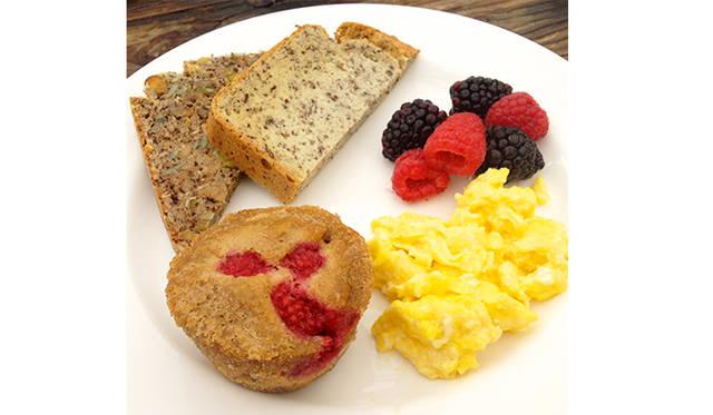 パレオ・ダイエットにのっとった朝食。パンもマフィンも小麦粉を使っておらず、アーモンドやフラックスの粉から作られている。
