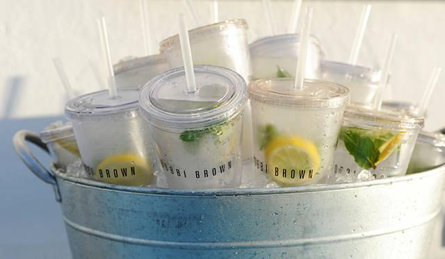 ヨガを行ったルーフトップにはレモンとミントを入れたフレッシュな水が用意。ここにもボビイ流ウェルネスが。