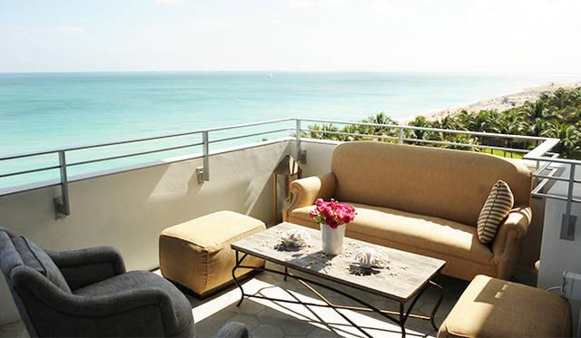 ボビイ好みのホテルはマイアミビーチに面していて、心身ともにリラックスできる。内側から健康に輝くボビイのライフスタイルを具現。