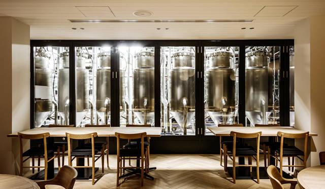 麦芽を煮込んで麦汁をつくる工程が中まで見える、日本初導入の透明なガラスの仕込み設備