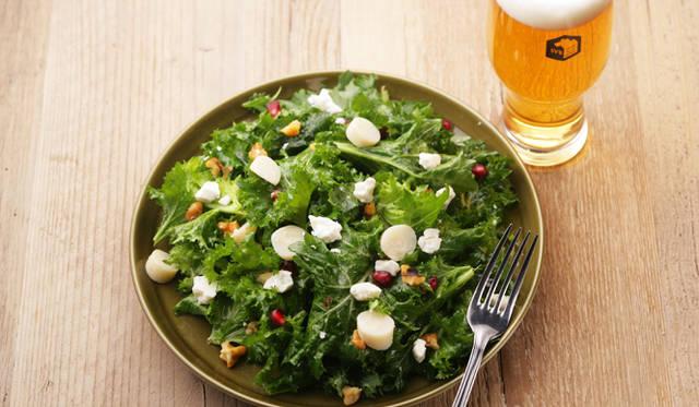 """""""Farm to Table(ファーム・トゥ・テーブル)""""の精神に則り、契約農家から直送で届く西洋ケールや、色とりどりの旬野菜の良さを引き出したサラダ。写真は「ケールサラダ」(ハーフ 800円/フル 1400円)"""