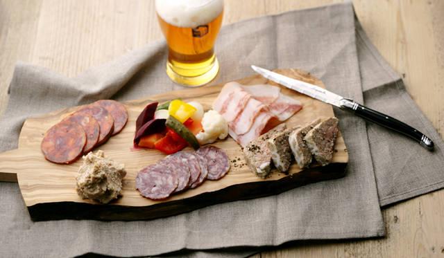 特製のシャルキュトリプレート(3種盛り 1000円/5種盛り 1800円)は、シェフが厳選したハム、サラミ、SVBのビールをくわえて作ったパテとリエットの盛り合わせ