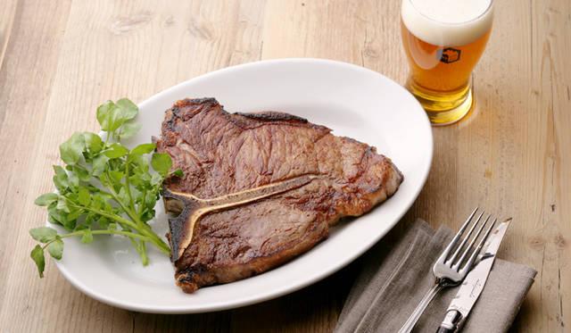 米ステーキハウス御用達、MONTAGUE社製のブロイラーオーブンを採用。900度の高温で肉本来の旨味を内側に閉じ込めて焼き上げるグリルメニュー。写真は「Tボーンステーキ」(9800円)