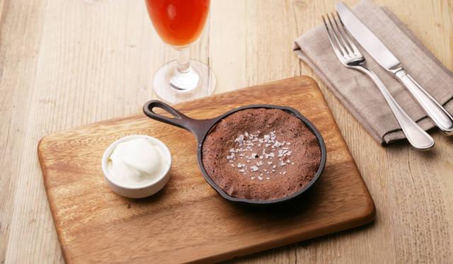 自家製デザートも充実。写真は「SVB特製焼きチョコレートケーキ」(800円) ※フレークソルトとホイップクリーム付き