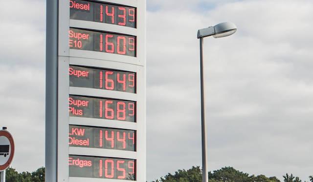 取材日のガソリンスタンドの価格表。軽油が1.439ユーロ、ガソリン(Super/Super Plus)は1.649-1.689ユーロ、天然ガス(Erdgas)が1.059ユーロ。なお、1.609ユーロのSuper E10は10パーセントのエタノール混合ガソリン