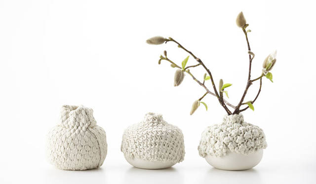 <strong>ミラノサローネ2015 Experimental Creations</strong><br/><Material Experiments><br />工藤健太郎「Weaving Porcelain」<br />素材単体での表情はさることながら、それを既成の物にプラスすることで意味や価値が変わるような試み。型で作られた均一的な量産品と、一点一点表情の異なる手作業を紡ぎ合わせることで、プロダクト単体の表情を変化させることができるだけでなく、量産とは異なる制作課程の可能性をも広げている